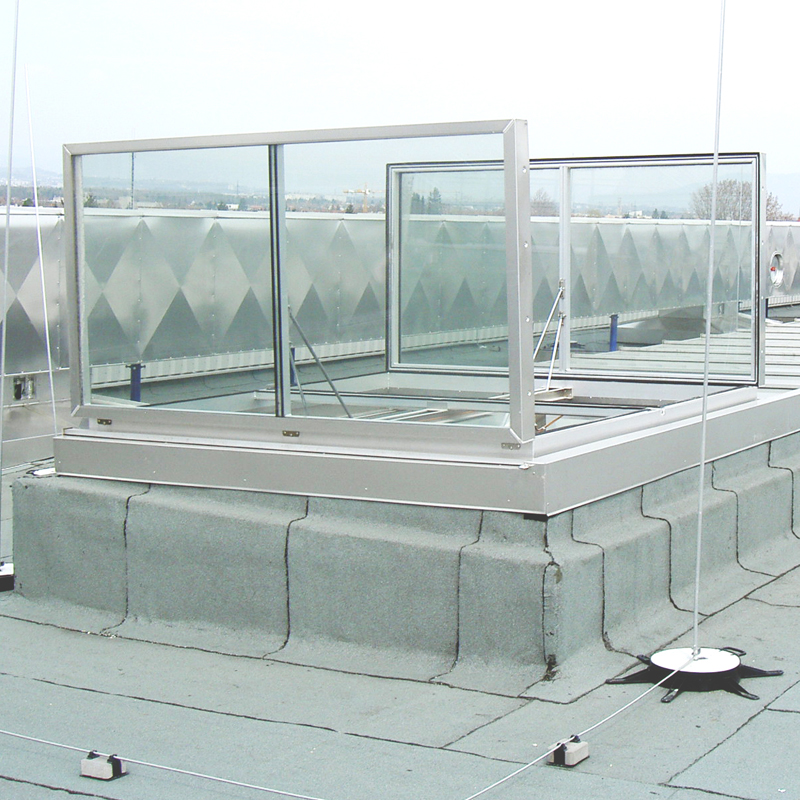 RWA Doppelklappe Typ Duotherma im geöffnetem Lüftungszustand. Alu-Natur mit Isolierverglasung.