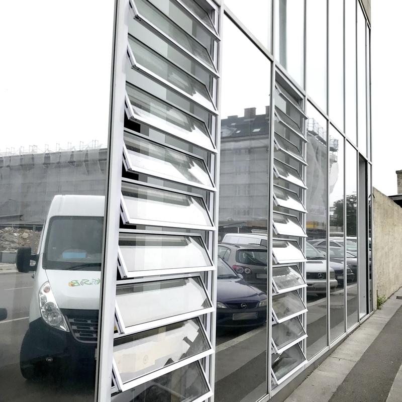 RWA bzw. Zuluftjalouse Typ Estra im geöffneten Zustand. Integriert in die Fassadenpfostenriegelkonstruktion.